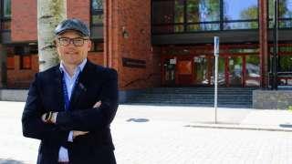 Kuntatekniikan johtaja Jukka Talvi seisoo teknisen viraston edessä