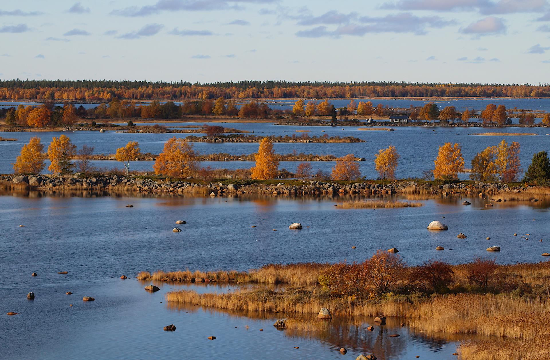 Svedjehamnin De Geer -moreenimaisema näyttää upealta myös ruskan aikaan.