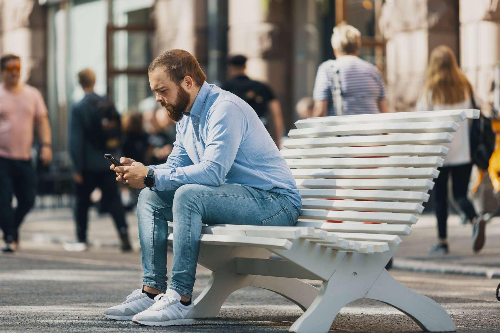 Mies istuu penkillä