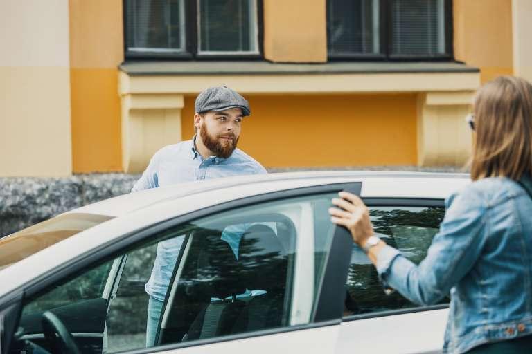 Mies ja nainen menossa autoon