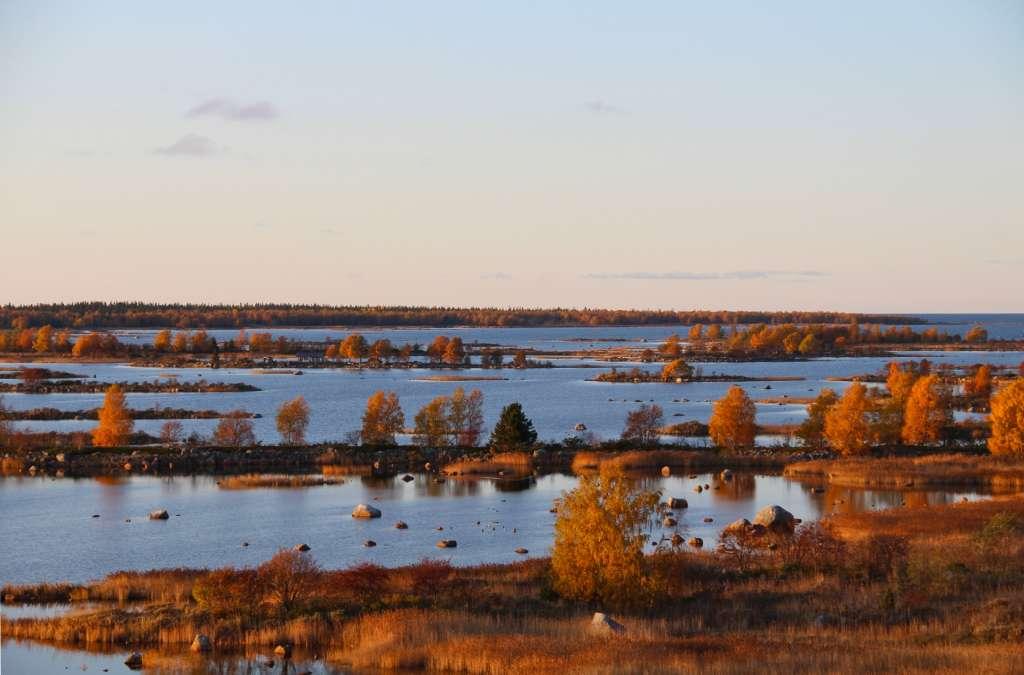 De Geer -moränlandskap i Svedjehamn är utmärkt också i hösfärger.
