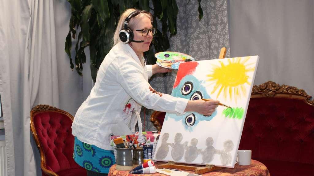 Nainen maalaa taulua
