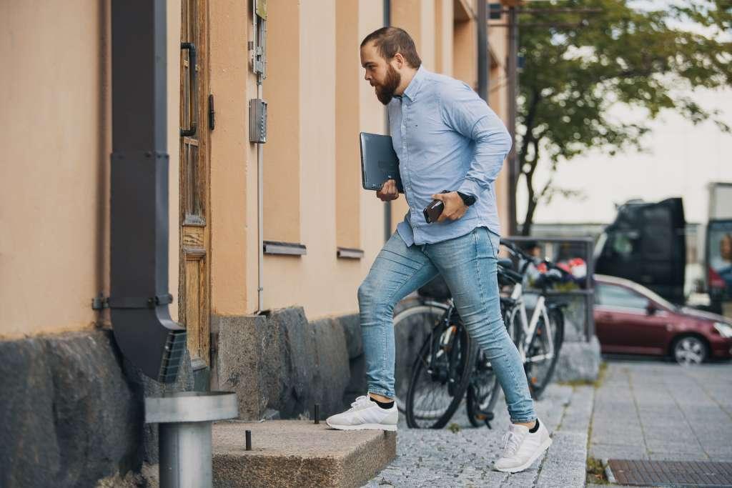 Mies kävelee