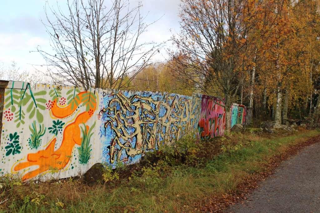Graffitimaalauksia aidassa