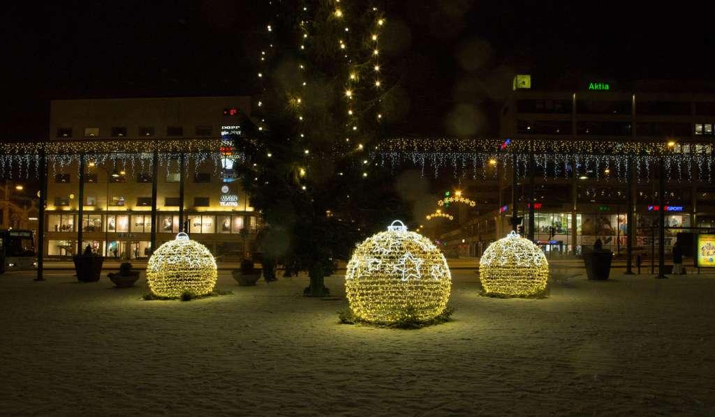 Kuva torin jouluvaloista ja joulukuusesta