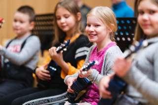 lapset soittavat ukulelea