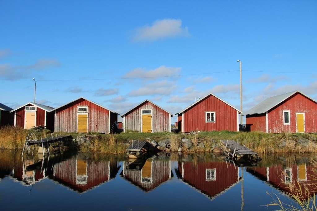Röda båthus vid vatten