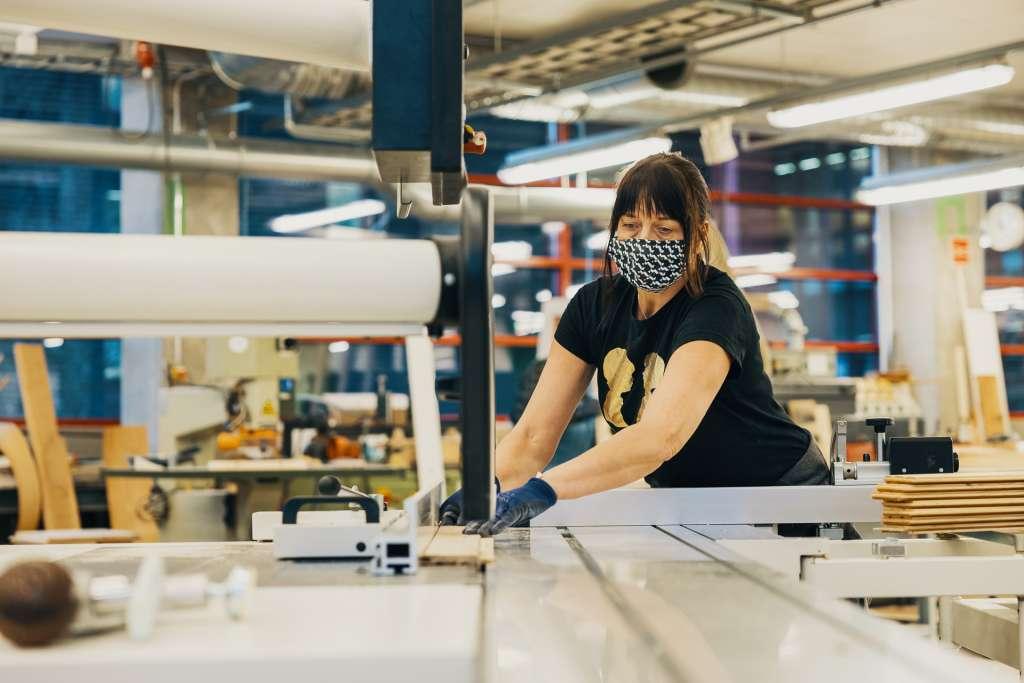 nainen työkoneen ääressä