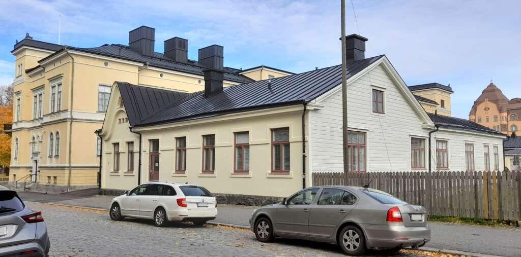 Vaalea rakennus osoitteessa Kirkkopuistikko 23